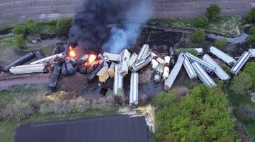 Wykolejony pociąg z chemikaliami stanął w ogniu. Ewakuowano mieszkańców
