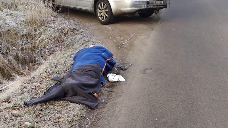 Seniorka leżała przy drodze. Była o krok od zamarznięcia